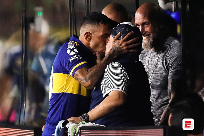 El beso de la suerte entre Carlos Tevez y Diego Armando Maradona